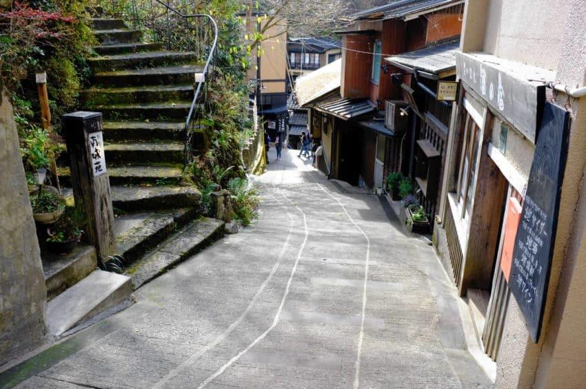黒川温泉。坂が多くて風情たっぷり。